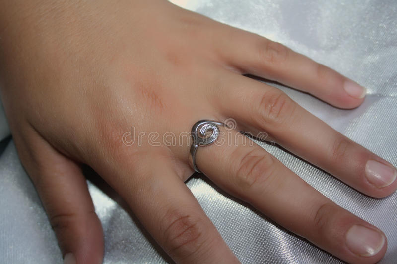 Mains femelles avec des anneaux image libre de droits