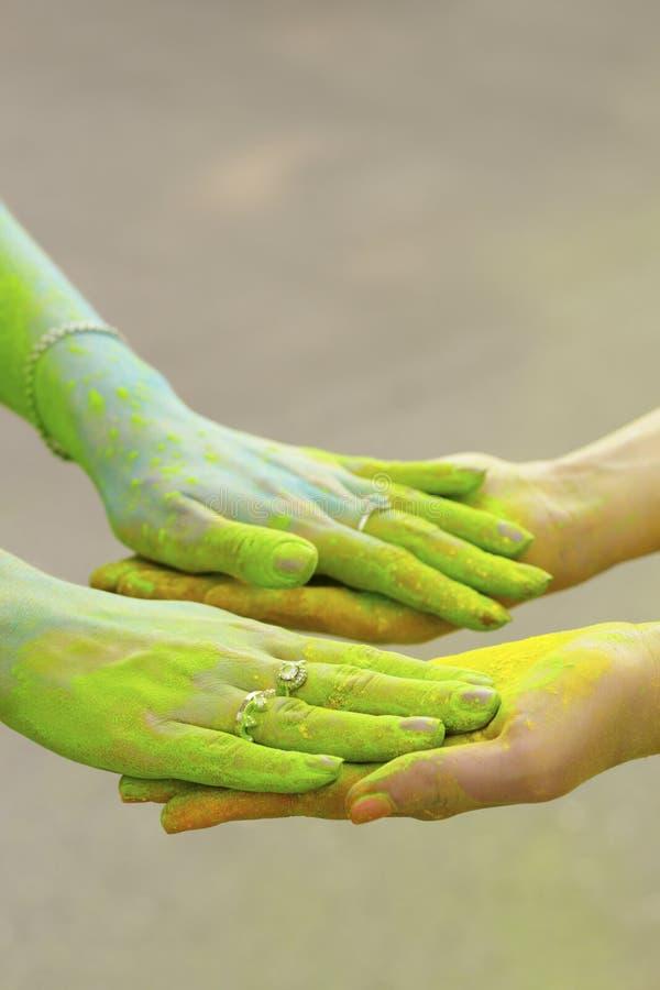 Mains femelles avec un holi sec de peinture photographie stock
