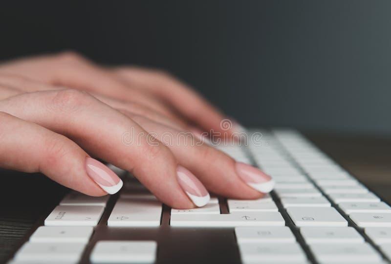 Mains femelles de dactylographie sur le clavier image libre de droits