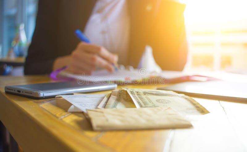 Mains femelles faisant des notes au cahier Femme d'affaires s'asseyant à la table en café, travaillant à l'ordinateur portable photo libre de droits