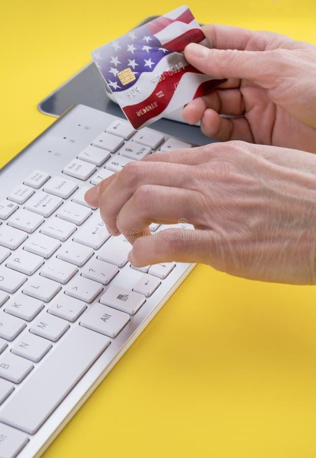 Mains femelles faisant l'achat à crédit en ligne images libres de droits