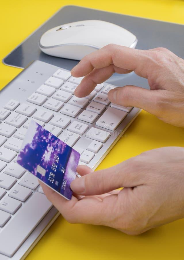 Mains femelles faisant l'achat à crédit en ligne photo libre de droits