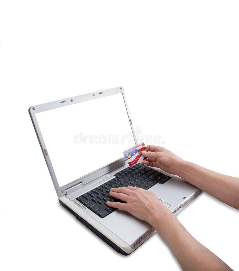 Mains femelles faisant l'achat à crédit en ligne image stock