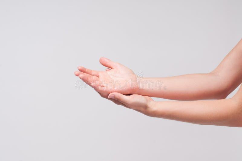 Mains femelles Plan rapproché des paumes du ` un s de femme sur le fond blanc image stock