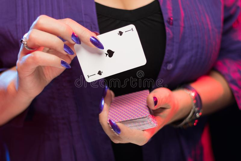 Mains femelles sur la prise decollete de fond une plate-forme des cartes photographie stock