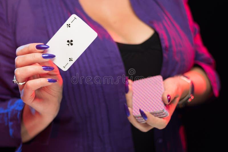 Mains femelles sur la prise decollete de fond une plate-forme des cartes images libres de droits