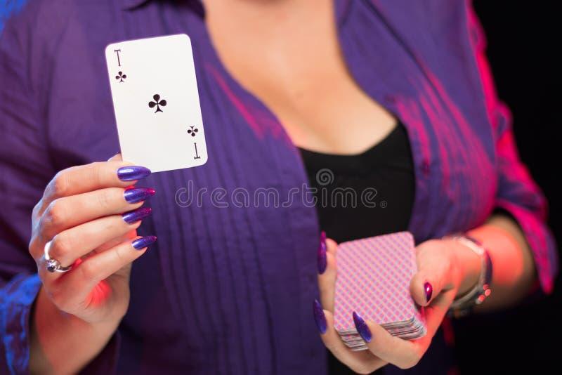 Mains femelles sur la prise decollete de fond une plate-forme des cartes images stock