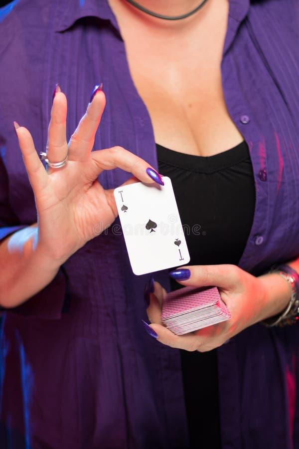 Mains femelles sur la prise decollete de fond une plate-forme des cartes photo libre de droits