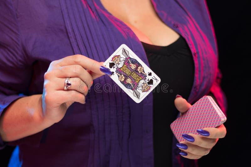 Mains femelles sur la prise decollete de fond une plate-forme des cartes image libre de droits
