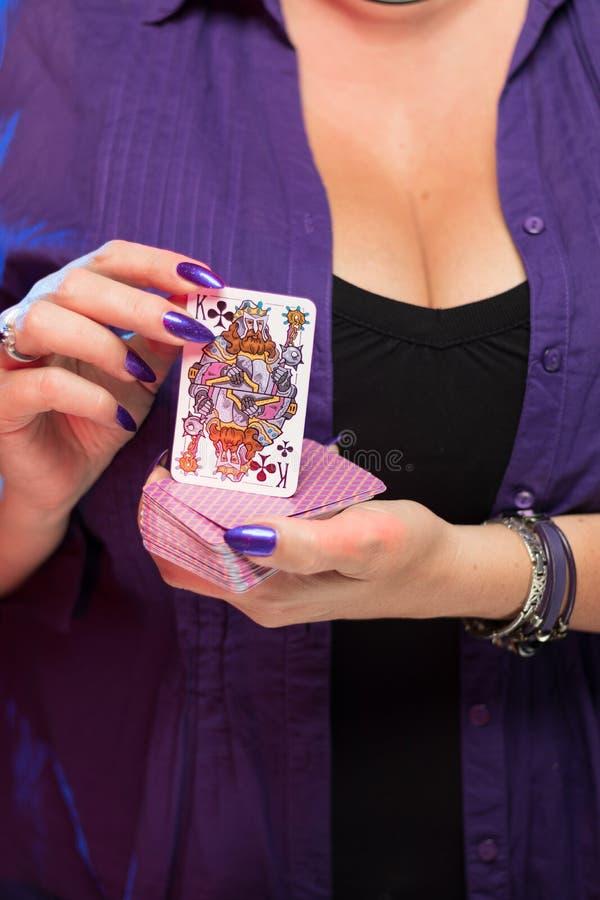Mains femelles sur la prise decollete de fond une plate-forme des cartes image stock