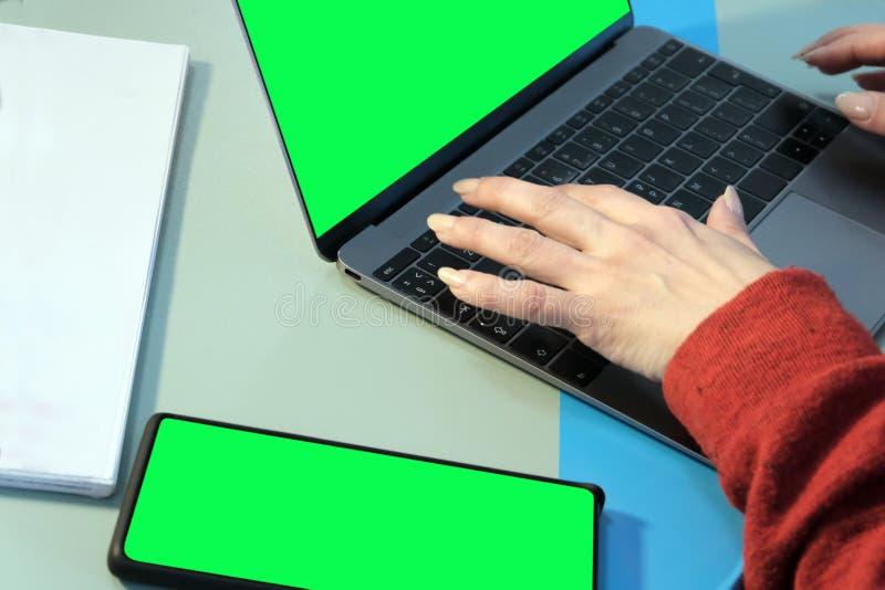 Mains femelles sur le clavier d'ordinateur portable Travail dans un bureau ou ind?pendant Un calibre pour inclure toute image au  images libres de droits