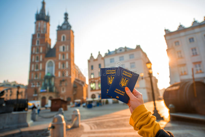 Mains femelles tenant des passeports d'Ukrainien à l'étranger dessus photo libre de droits