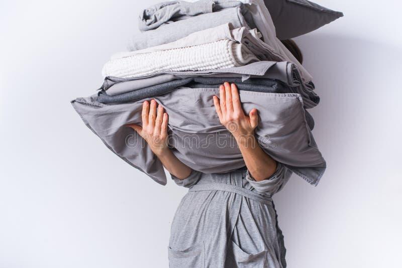 Mains femelles tenant des textiles de linge de lit de pile photos libres de droits