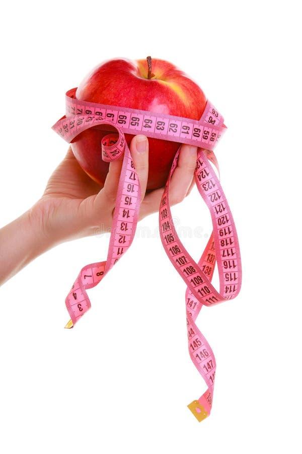 Mains femelles tenant la pomme. Femme recommandant la nourriture saine. photographie stock libre de droits