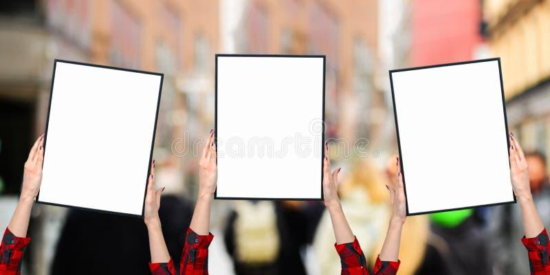 Mains femelles tenant les conseils vides sur blanc - activistes de femmes luttant pour le concept de droits de femme image libre de droits