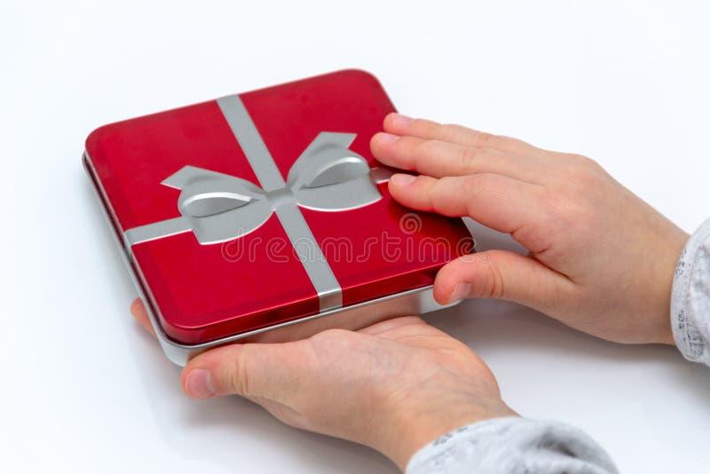 Mains femelles tenant Noël ou le cadeau de jour de valentines D'isolement sur le fond blanc Vue supérieure photos libres de droits