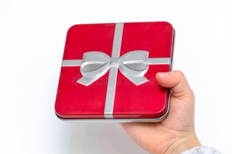 Mains femelles tenant Noël ou le cadeau de jour de valentines D'isolement sur le fond blanc Vue supérieure images libres de droits