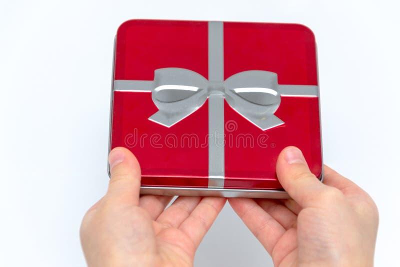 Mains femelles tenant Noël ou le cadeau de jour de valentines D'isolement sur le fond blanc Vue supérieure photographie stock libre de droits