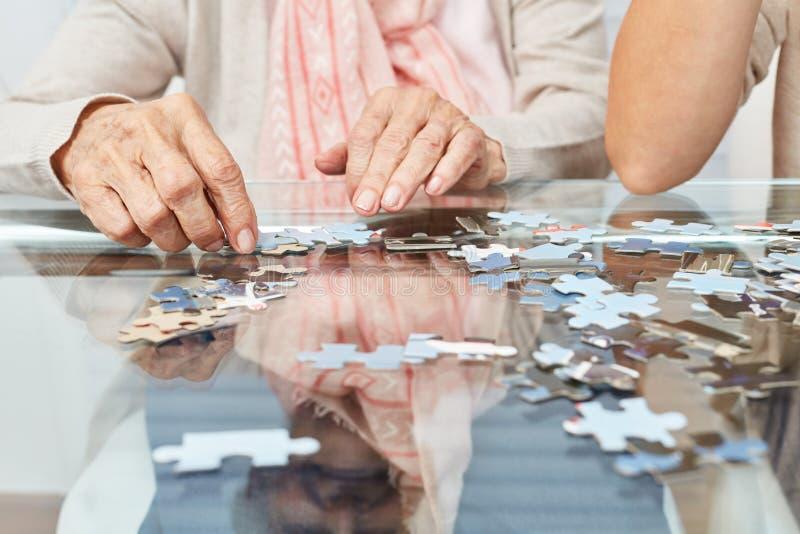Mains jouant le puzzle comme formation de mémoire images stock