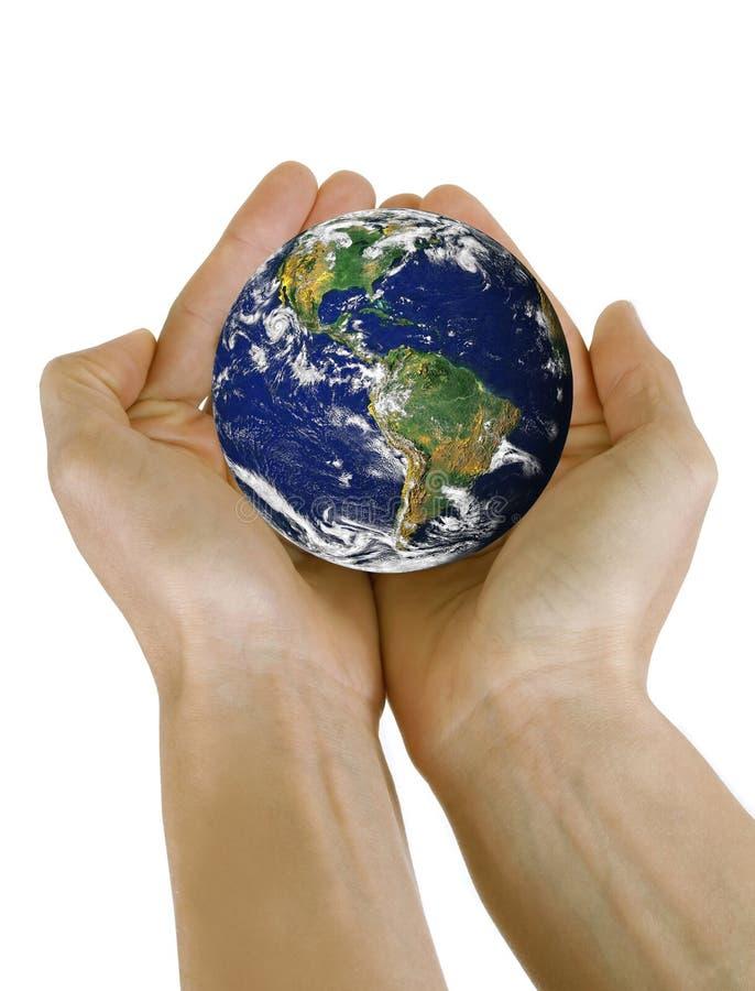 Mains jugeant la terre de planète d'isolement sur le fond blanc photographie stock libre de droits