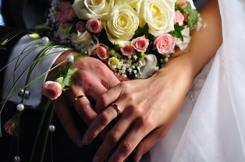 Mains juste des ménages mariés photos stock