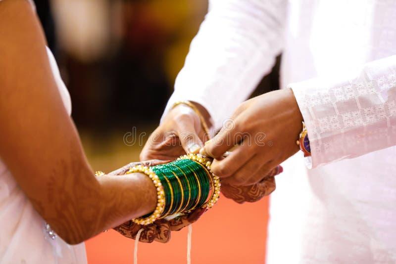 Mains les ?pousant indiennes de photographie, de mari? et de jeune mari?e image stock