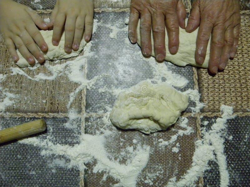 Mains malaxant la pâte de pain photos libres de droits