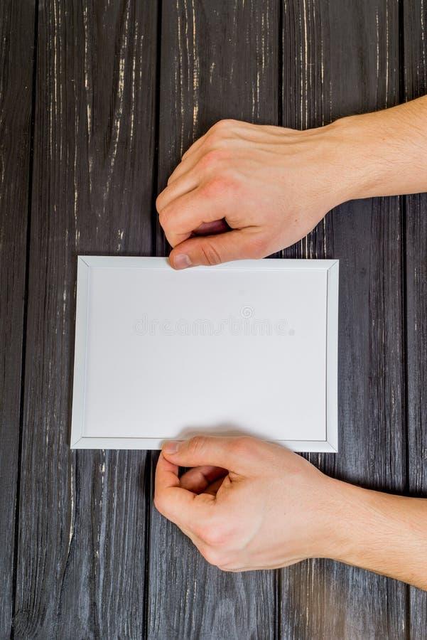 Mains masculines avec le dessus de cadre photo stock