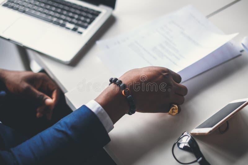 Mains masculines avec le stylo au-dessus du document photo libre de droits