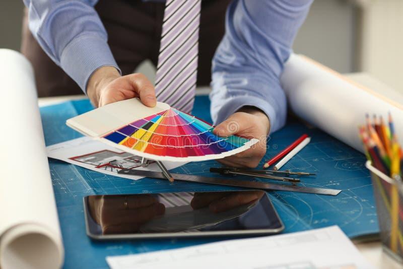 Mains masculines de travailleur avec le spectre coloré images libres de droits