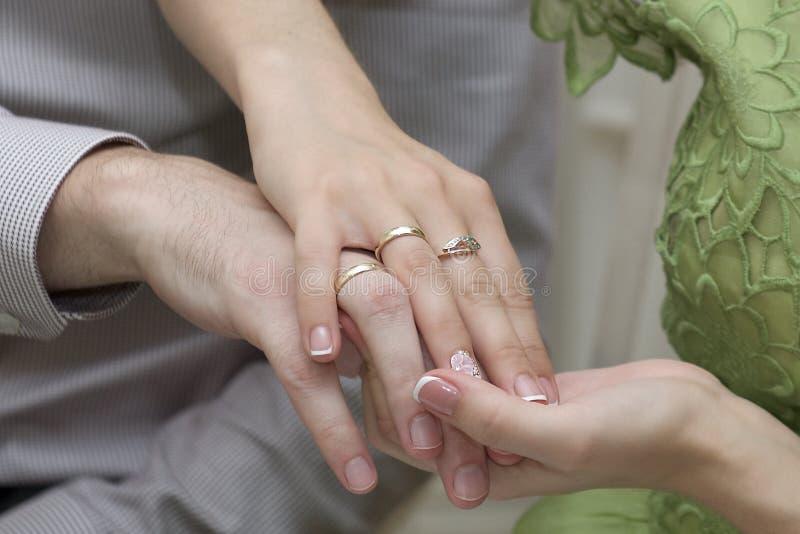 Mains masculines et femelles avec des anneaux image stock