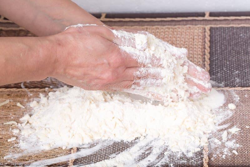 Mains masculines faisant la pâte photos libres de droits