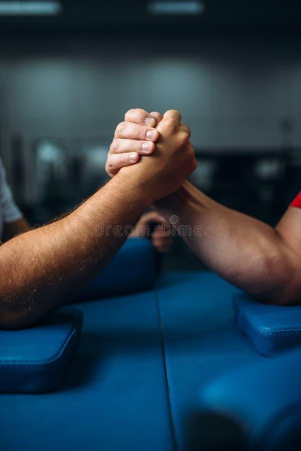 Mains masculines jointives à la table, concept de lutte photo libre de droits