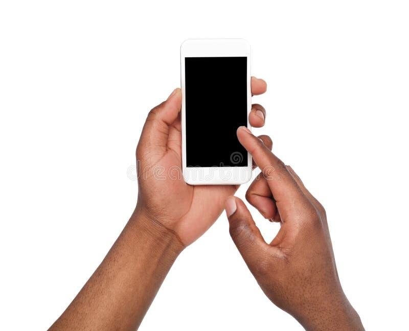 Mains masculines se dirigeant sur l'écran vide de téléphone portable image stock