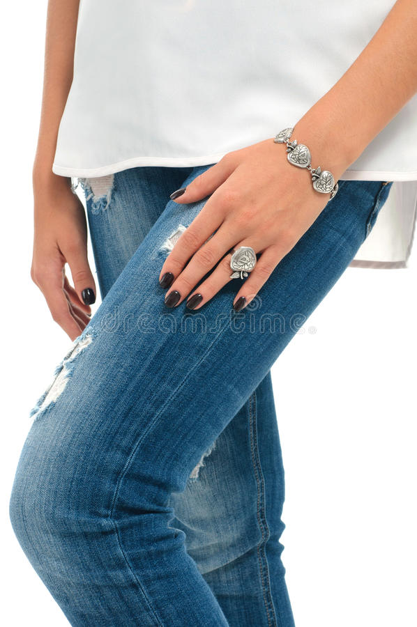 Mains modèles avec le bracelet et la bague Collec de bijoux de ressort photos stock