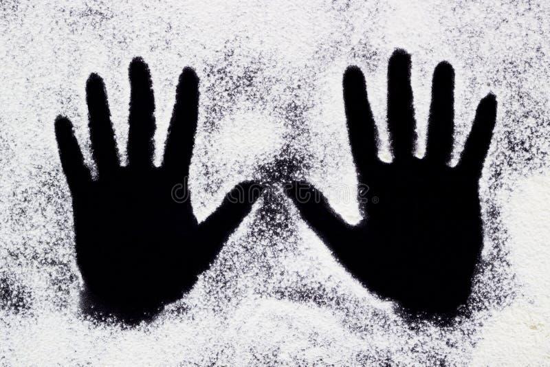 Mains peintes blanches de marche photographie stock