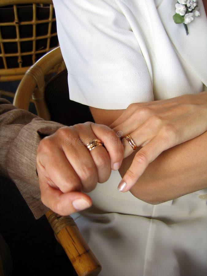 Mains pendant le mariage images libres de droits