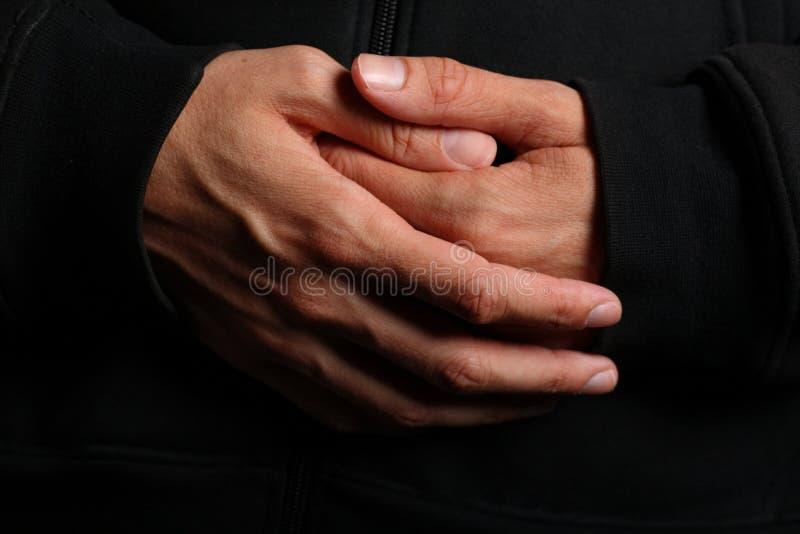 Mains pliées d'un prêtre photographie stock libre de droits