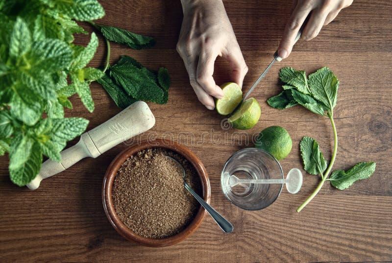 Mains préparant le cocktail de mojito photos stock