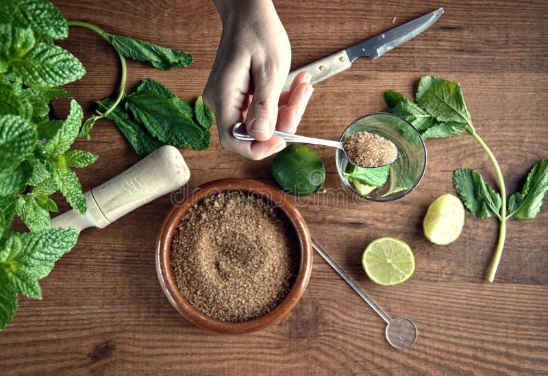 Mains préparant le cocktail de mojito images stock