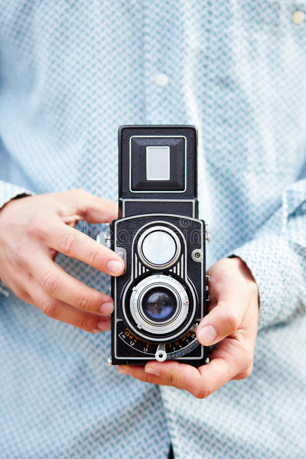 Mains prenant la photo avec l'appareil-photo de TLR images libres de droits