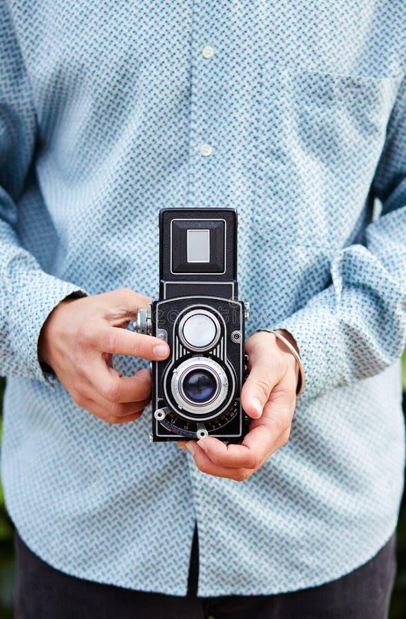 Mains prenant la photo avec l'appareil-photo de TLR image libre de droits
