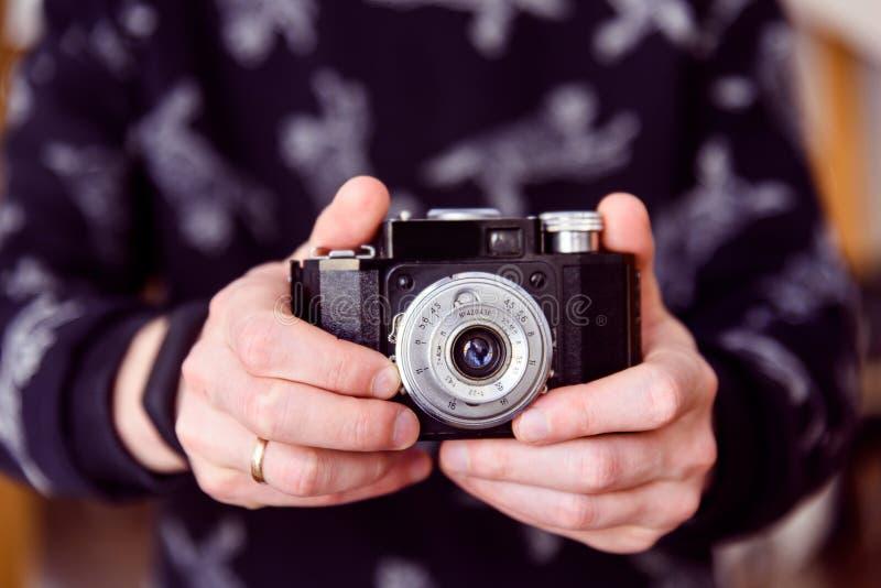 Mains prenant la photo avec le rétro plan rapproché d'appareil-photo photographie stock