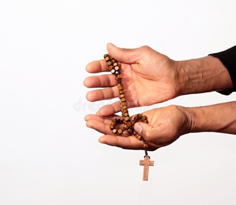Mains priant avec la croix de perle de chapelet image stock