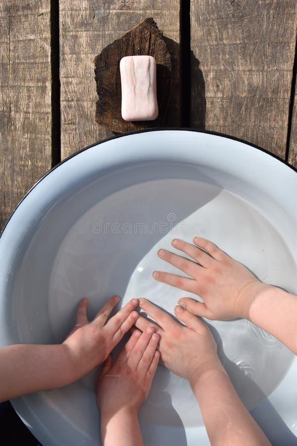 Mains puériles image libre de droits