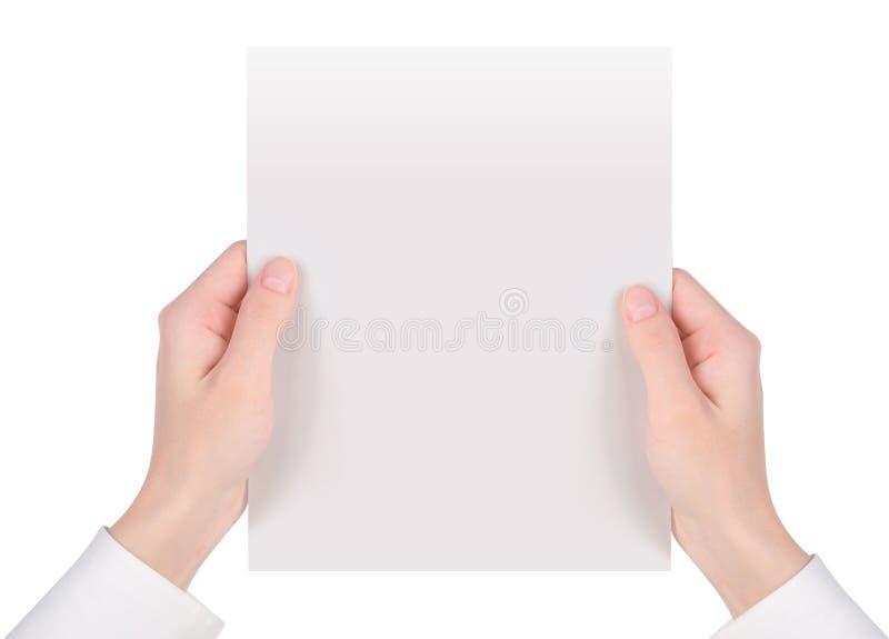 Mains retenant la feuille de livre blanc photographie stock libre de droits