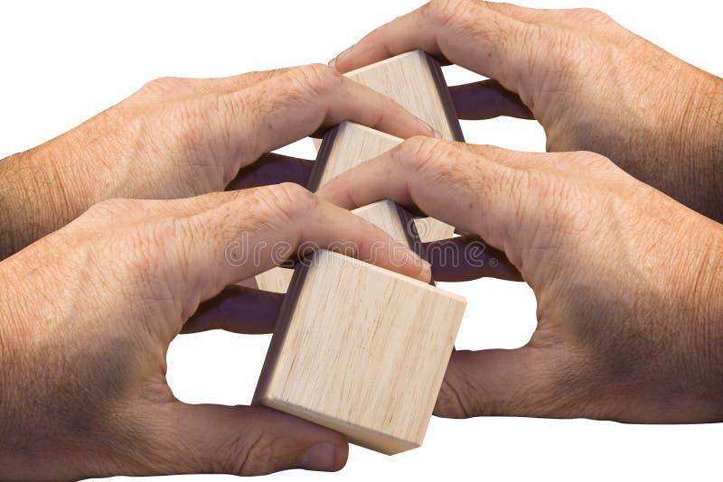 Mains retenant les blocs en bois photographie stock libre de droits