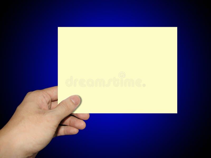 Mains retenant une note de papier photos stock