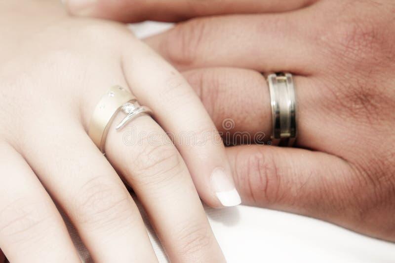 Mains romantiques avec le ri de mariage images stock