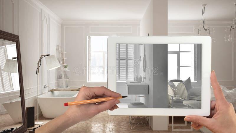 Mains se tenant et dessinant sur le comprimé montrant la chambre à coucher et la salle de bains blanches totales croquis intérieu photographie stock